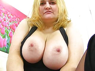 Uk GILF Kimmy Cums Gives Her Old Cunt a Dildo Treat