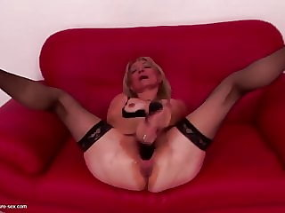 Old Sexbomb Mother with Thirsty Cunt Gets Fisting